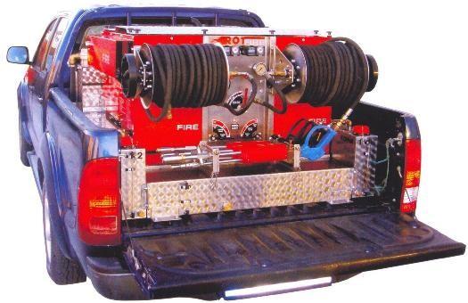 Установка ROTFIRE с двумя катушками и стволами, смонтированная на легковом автомобиле.